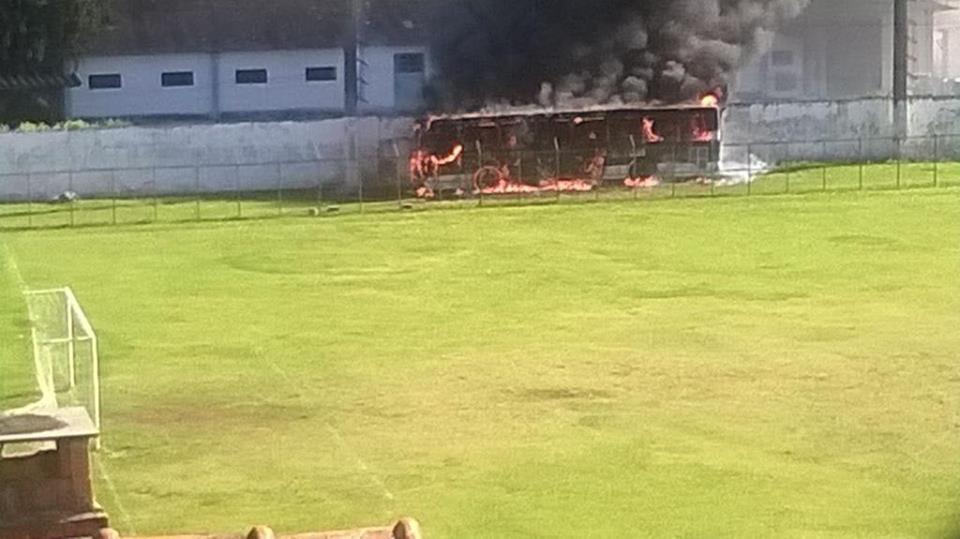 Imagem do momento do incêndio em que o ônibus foi completamente tomado pelo fogo