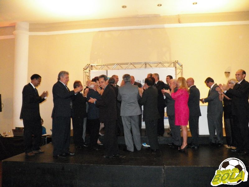 Também no palco, panathletas cantam parabéns ao presidente do clube, Cláudio Esteves, aniversariante do dia