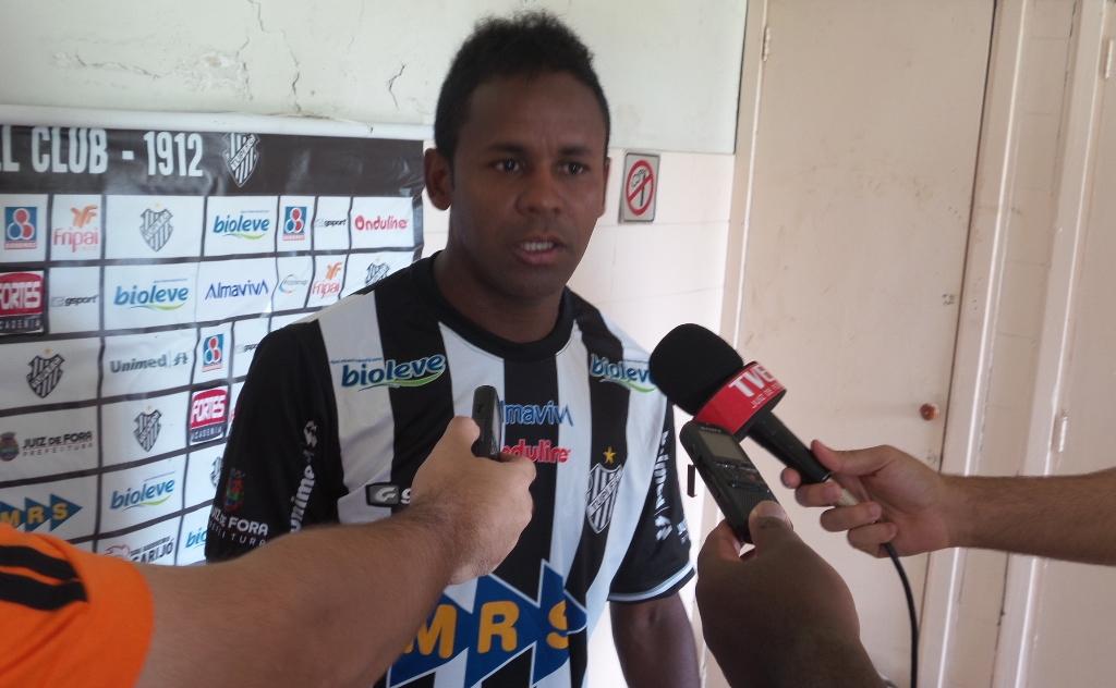"""Luizinho prometeu """"vontade, determinação e humildade"""" com a camisa do Tupi: """"Qual o atleta que não quer jogar aqui?"""""""