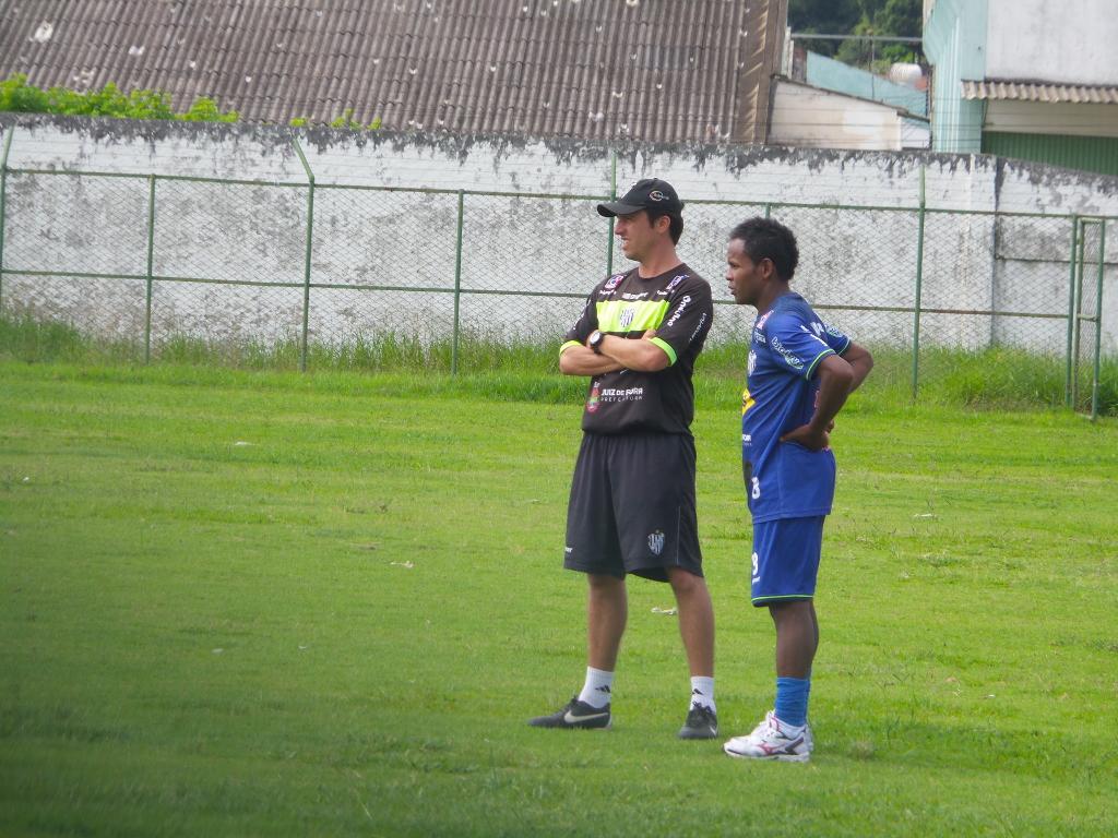 Depois da primeira entrevista como jogador carijó, Luizinho se apresenta ao preparador físico Luiz Augusto