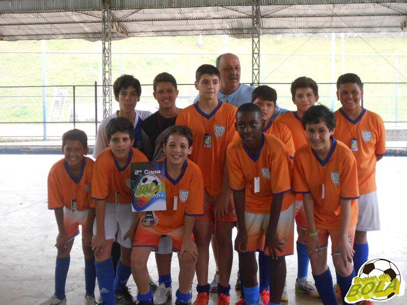 Equipe sub-13 da escolinha de futsal do São Mateus festeja conquista da 2ª Copa Toque de Bola de Futsal depois de um jogão contra o Colégio dos Santos Anjos
