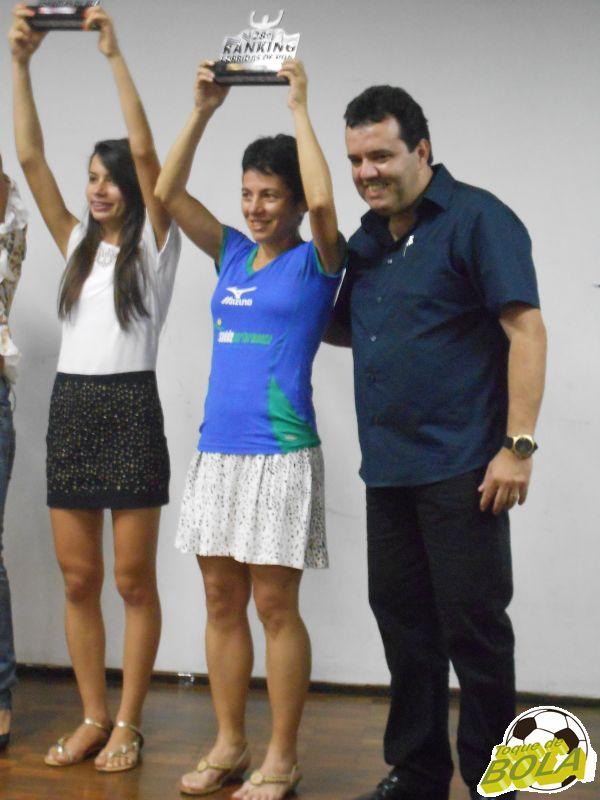 Zirlene recebe do Secretário de Esportes, Francisco Canalli, o prêmio de campeã geral feminino do Ranking