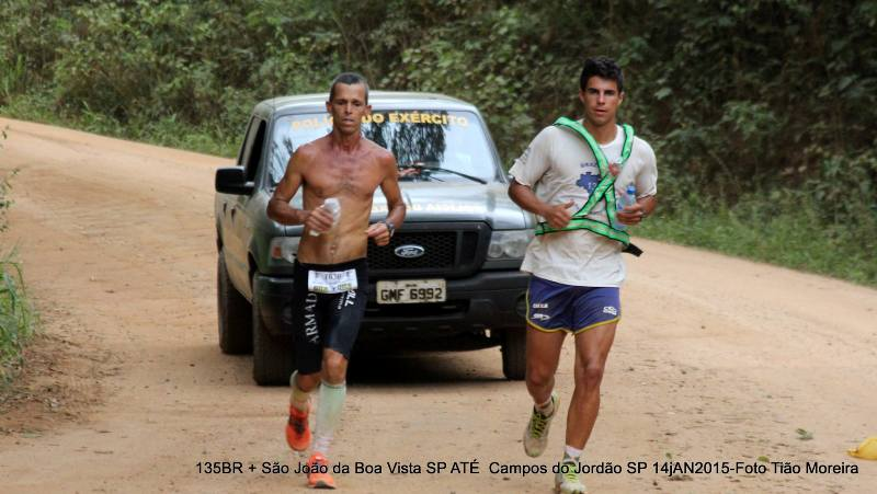 Farinazzo (esquerda) na prova considerada mais difícil do Brasil, da qual saiu vencedor