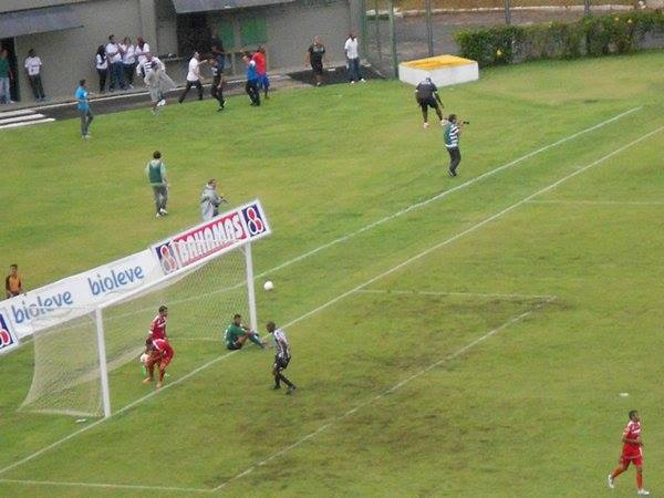Cabisbaixo, goleiro Darley, do Tombense, lamenta primeiro gol sofrido