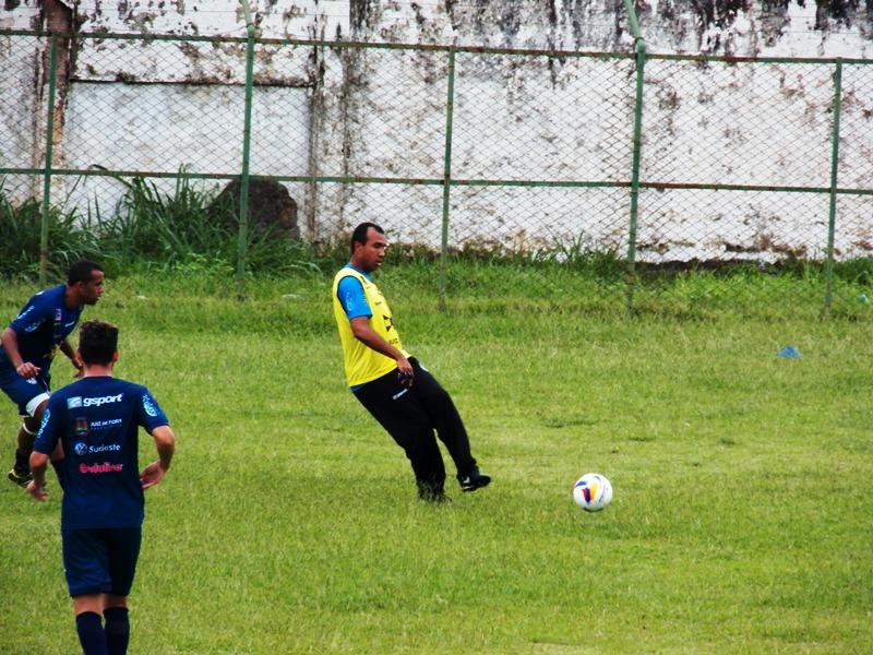 Surian orientou jogadores e participou como atleta de parte do treino tático em Santa Terezinha