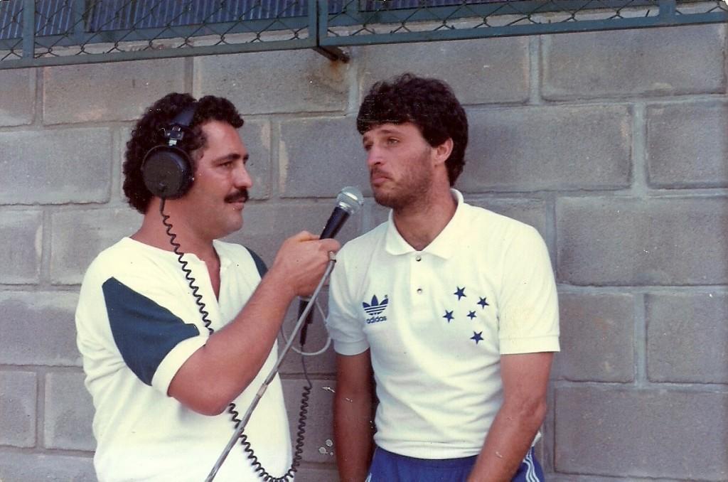 Em foto de seu arquivo pessoal, Welington dá entrevista como goleiro do Cruzeiro, no mesmo estádio Mário Helênio
