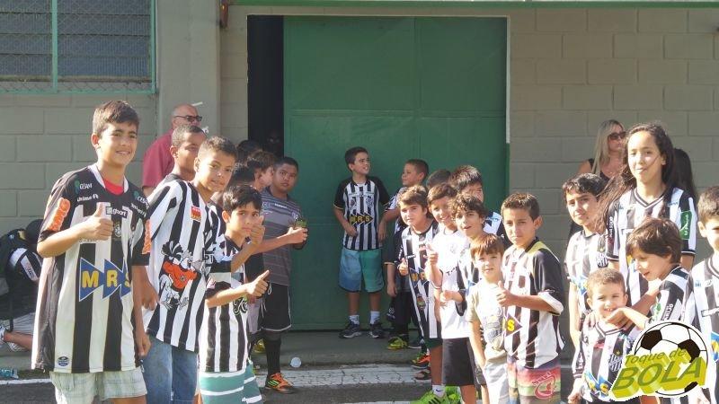 Torcedores mirins mostram entusiasmo à espera dos jogadores, junto ao vestiário carijó no Estádio Mário Helênio, antes de Tupi x Cruzeiro