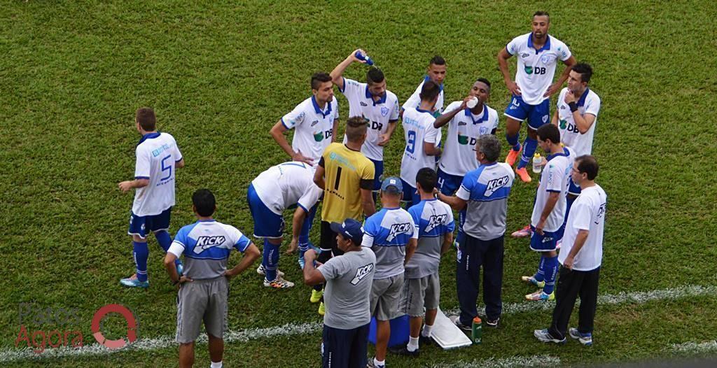 Eugênio Gomes instrui seus atletas. Técnico só conquistou uma vitória em quatro jogos. (Foto: Patos Agora)
