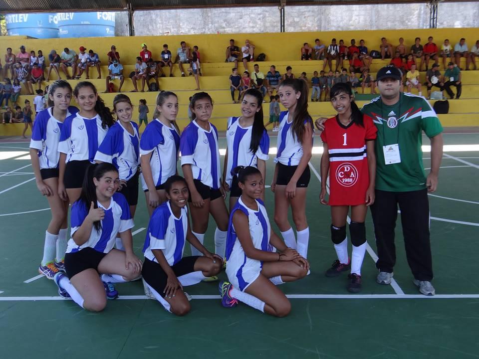 As meninas da Escola Municipal Carlos Drummond de Andrade venceram por 3 a 0 a primeira partida