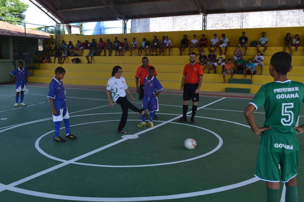 Prefeita de Goianá dando o pontapé inicial para os jogos de futsal
