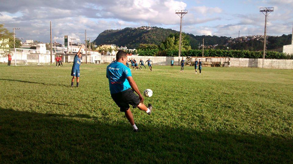 Antes de recreativo, Leston Júnior orientou nesta terça-feira, 27, jogadores em jogadas de bola parada e saída nos contra-ataques