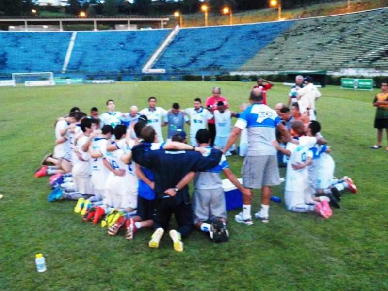 Jogadores e membros da comissão técnica da URT iniciaram comemoração do resultado em momento de fé
