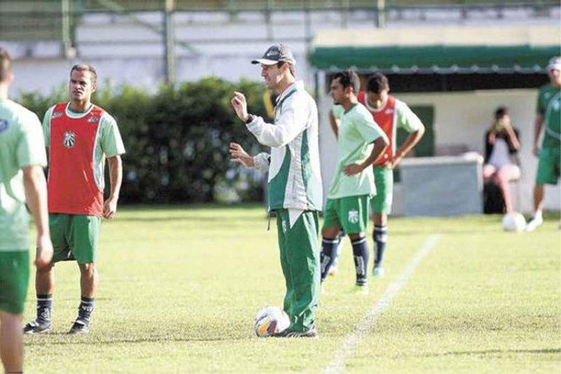Léo Condé comandou treino no Estádio Municipal Radialista Mário Helênio na quinta-feira, 9