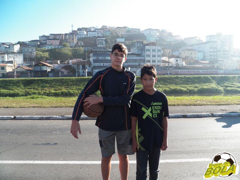 Lorenzo (esquerda) e Pedro Henrique aproveitaram Meia Maratona para o basquete de rua, na Avenida Brasil