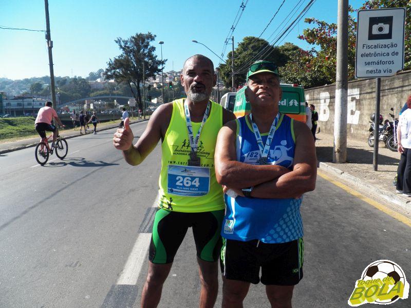 Hélio (esquerda) e Cosme vieram do Rio de Janeiro para disputar a meia Maratona de JF