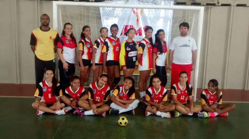 Meninas da Escola Estadual Nyrce Villa Verde Coelho de Magalhães terminaram primeira fase dos JEMG invictas (Foto: Evandro Lopes)