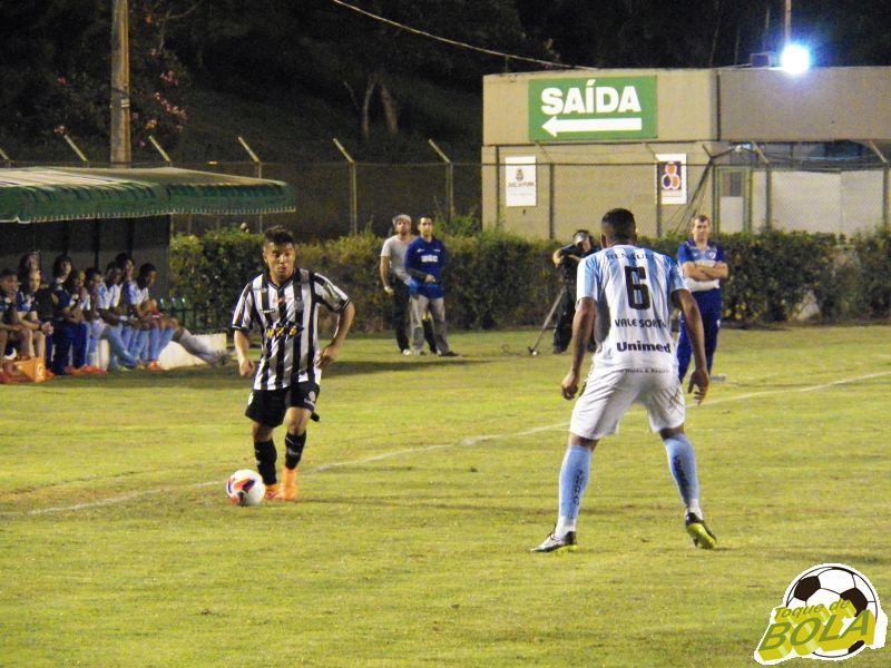Júnior Lemos ocupou setor direito  do campo pelo Tupi, auxiliando Osmar na defesa e ataque