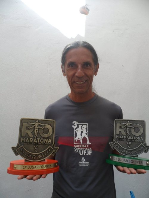 Gedair Reis posa com os troféus: maratonista é um dos principais incentivadores da corrida na cidade
