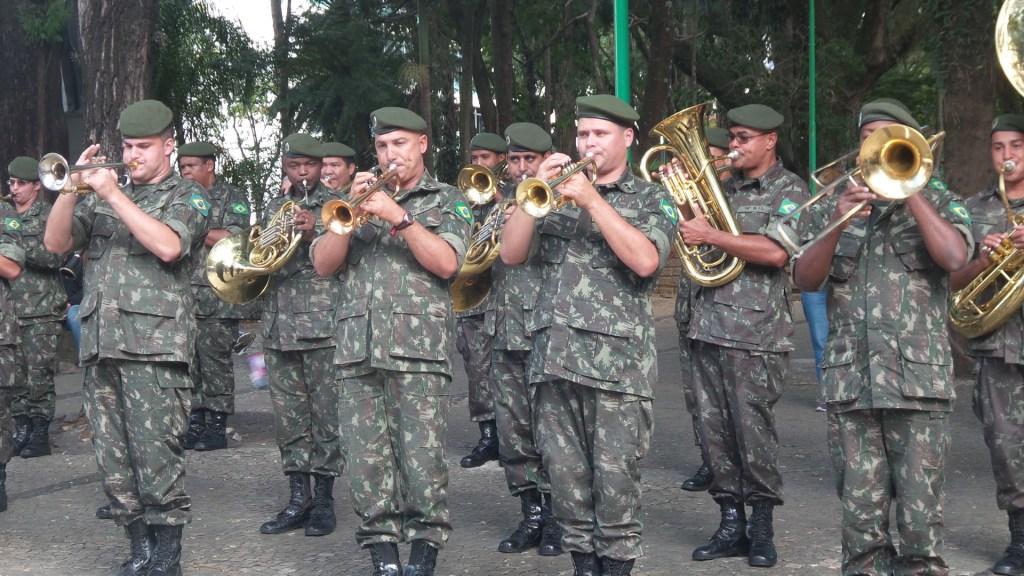 Banda de Música da Quarta Brigada da Infantaria  de Montanha de Juiz de Fora  durante desfile de abertura dos 29º Jogos Sesi Fase Municipal de Juiz de Fora