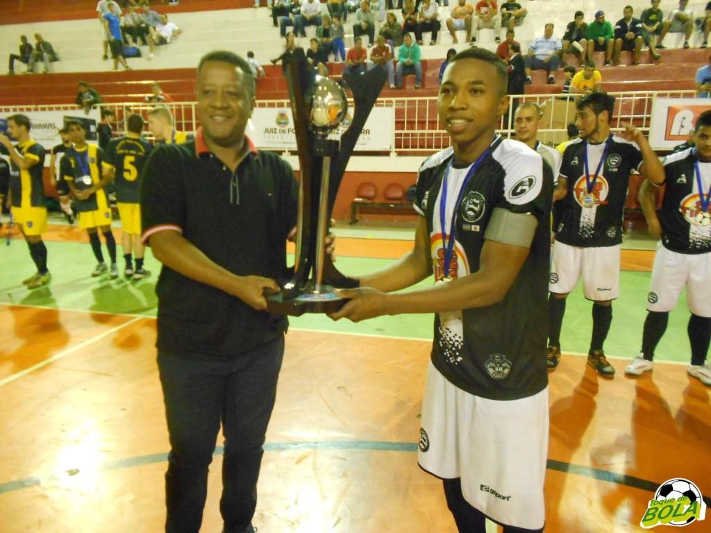 Secretário de Esporte e Lazer, Pastor Carlos Bonifácio premia o campeão juvenil