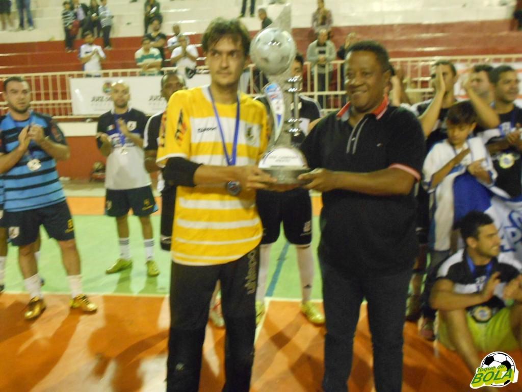 Secretário de Esporte e Lazer, pastor Carlos Bonifácio entrega o troféu de vice-campeão