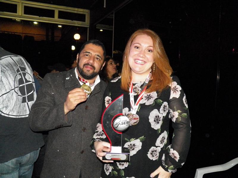 Campeões Carlinhos Cruz e Thalita Mileny posam com prêmios