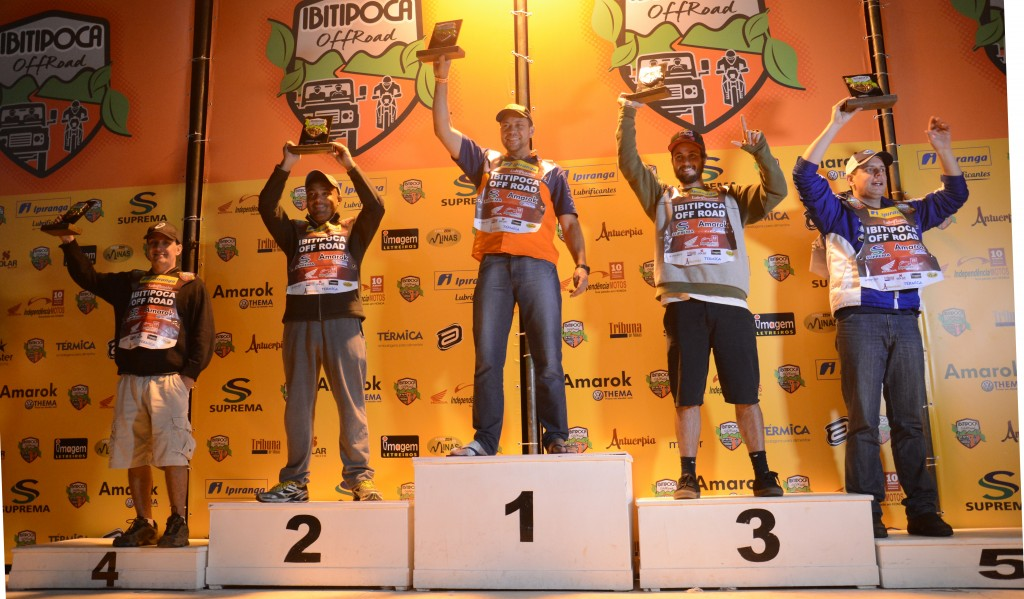 De chinelo e com parte do pé enfaixada pela fratura no dedo, Jomar Grecco comemora o bicampeonato do IOR na categoria Master das motos