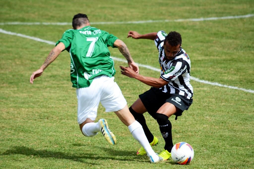 Carlos Renato em lance de Tupi x Guarani: para o treinador carijó, equilíbrio é fundamental