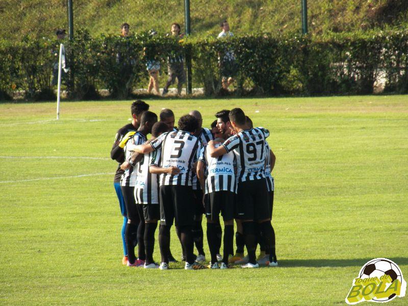 Jogadores do Carijó se reúnem no gramado, antes de Tupi x Brasil. Ameaças teriam ocorrido depois da partida, por telefone (Foto: Toque de Bola)