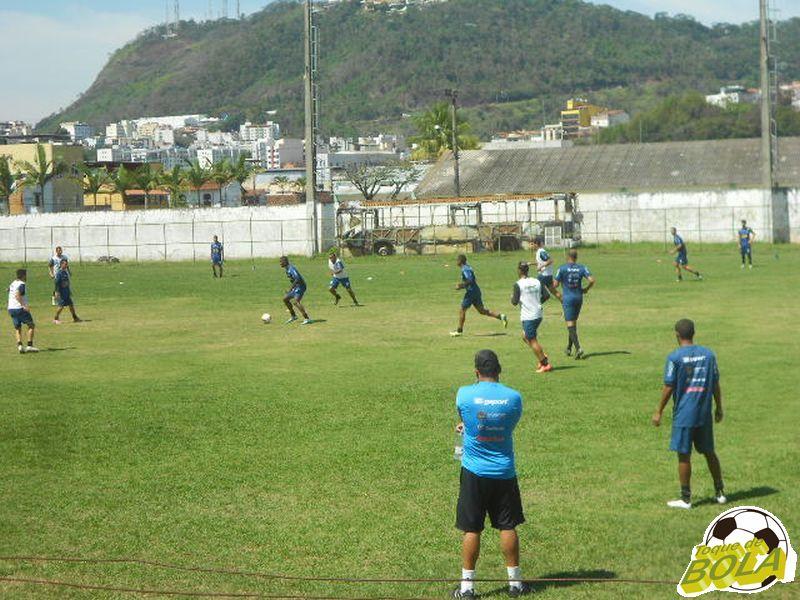 Leston Júnior observa treinamento visando o jogo contra o Londrina