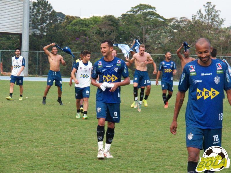 Jogadores do Carijó festejam vitória em rachão: clima foi predominante em atividade desta sexta
