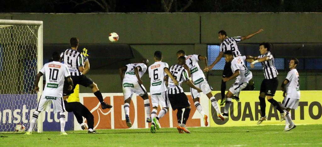 Segundo gol do Tupi foi marcado novamente em bola aérea de Marco Goiano com o zagueiro Fabrício Soares cabeceando (Foto: Leonardo Costa / tupifc.esp.br)