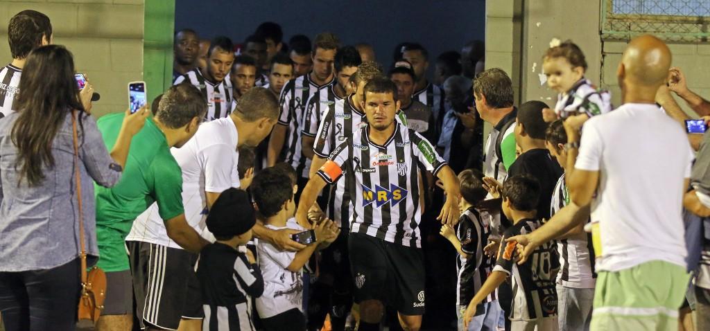 Osmar quer humildade e concentração até o fim da partida do dia 19 de outubro (Foto: Leonardo Costa / tupifc.esp.br)