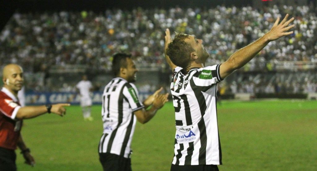 Kaio Wilker comemora golaço que abriu o placar em Arapiraca (Foto: Felipe Couri / tupifc.esp.br)