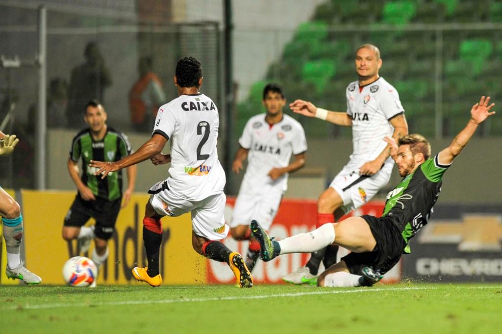 Diego Lorenzi abre o placar contra o Vitória (Foto: Mourão Panda / Fotoarena)