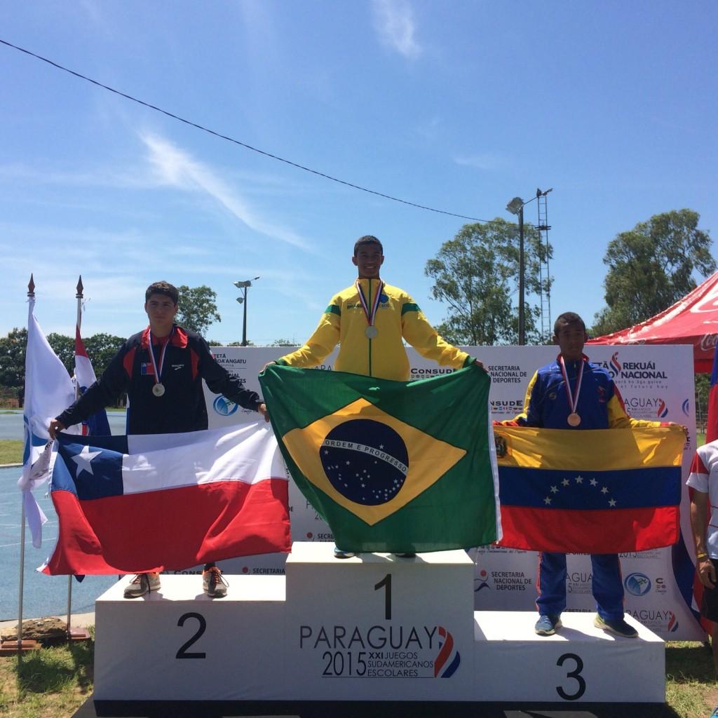 JOão Victor Macedo no topo do pódio dos 100m com barreiras (Foto: Erik Chaves/Divulgação)