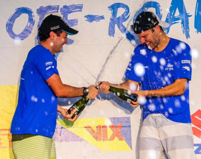 Caio (esquerda) em comemoração com seu navegador, Rodrigo Peternelli