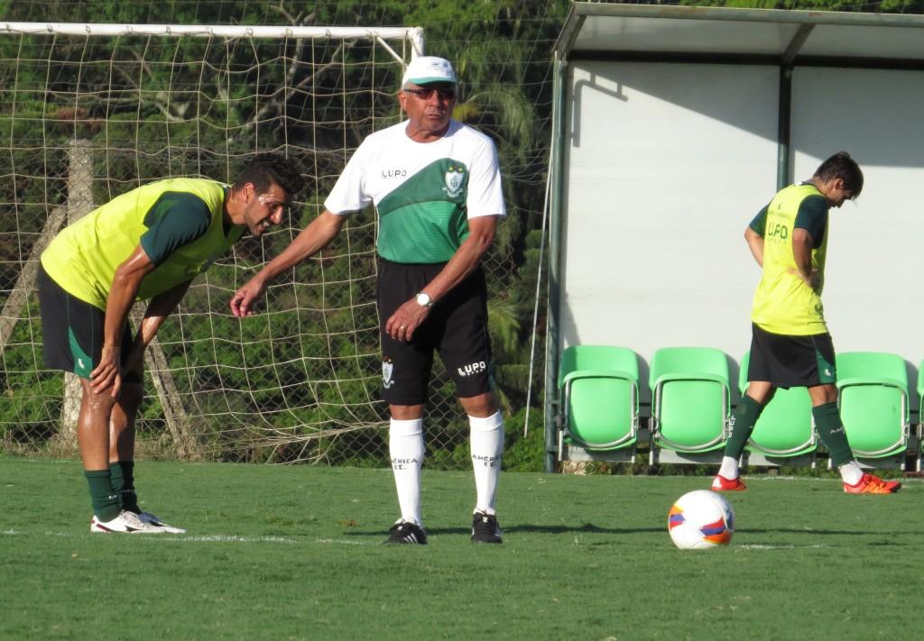 Treinador do América, Givanildo Oliveira, em trabalho do Coelho na manhã desta quinta-feira