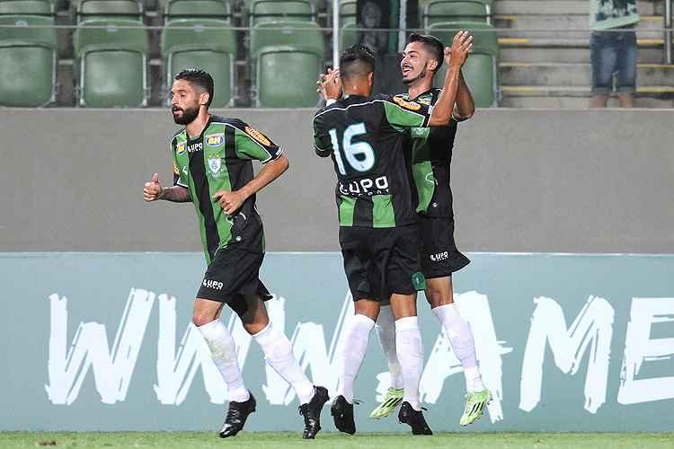 Americanos comemoram o gol da vitória sobre o Figueira (Foto: Ramon Lisboa/EM/D.A. Press)