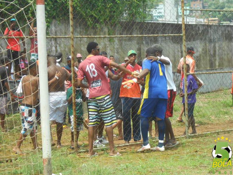 Goleiro Washington (azul) conversa com torcedores após estourarem um rojão próximo à baliza