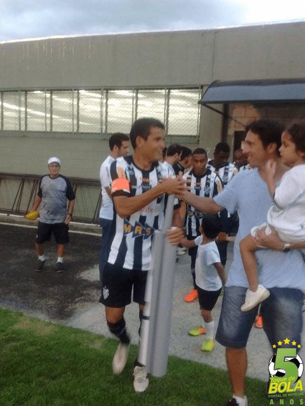 Luis cumprimenta o capitão Osmar na entrada do Tupi em campo