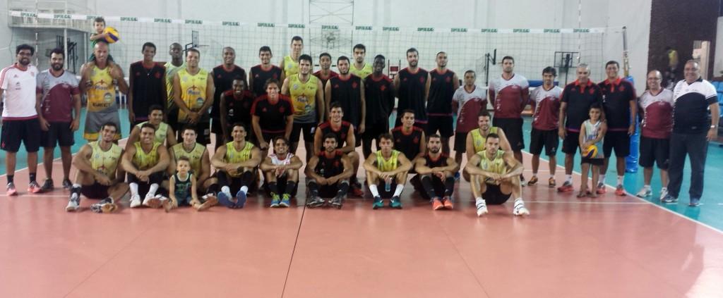 Atletas e comissões técnicas de JF Vôlei e Flamengo após amistoso vencido pelos juiz-foranos