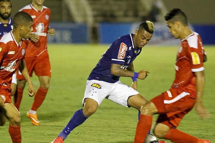 Rafael Silva, ex-Vasco, marcou o gol da vitória celeste no fim da partida (Foto: Rafael Arruda/Superesportes)