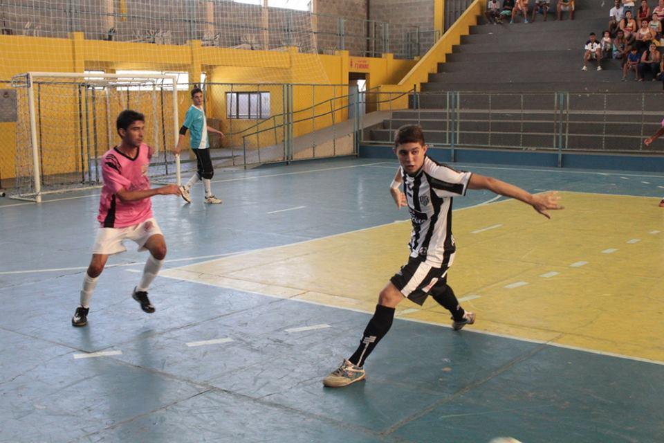 Matheus (à direita) foi o autor do gol da vitória do Tupi (Foto: Heitor Luique)