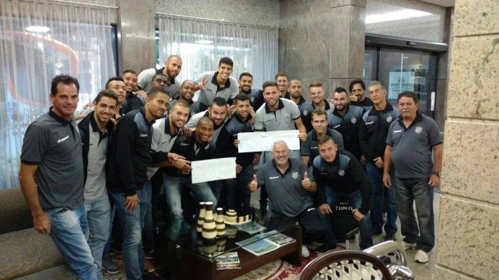 Delegação do Tupi reunida na visita ao lateral Formiga no hospital em Londrina