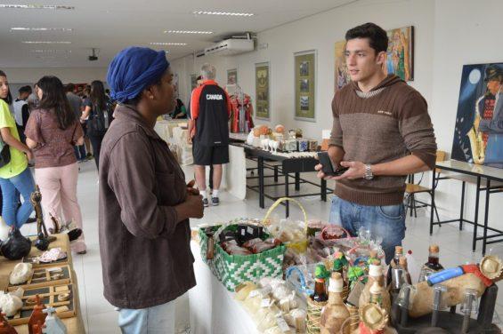 Adriana Barbosa montou uma mesa com os produtos da associação de Matias Barbosa