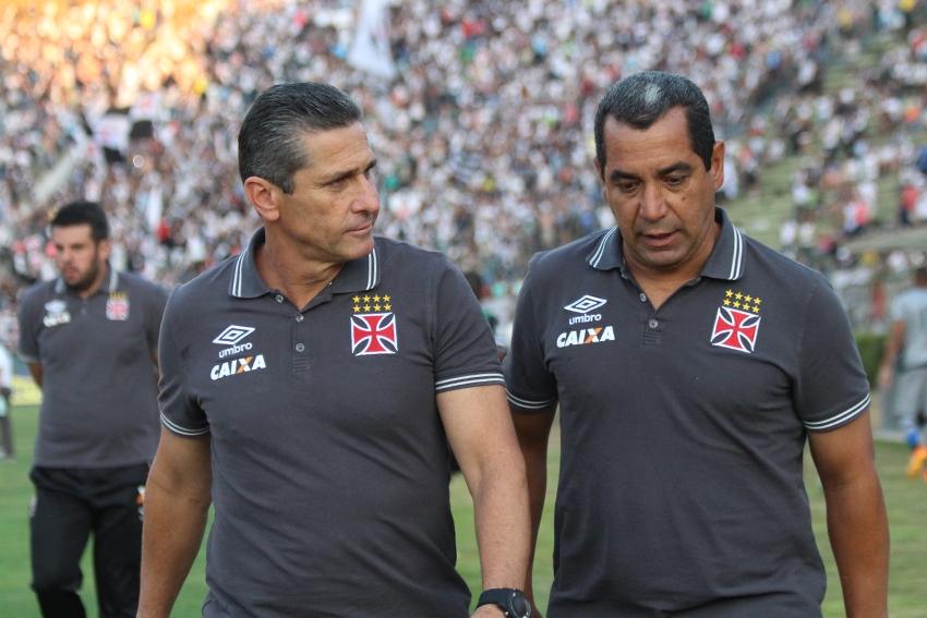 Jorginho e o auxiliar técnico Zinho durante a partida entre Tupi e Vasco
