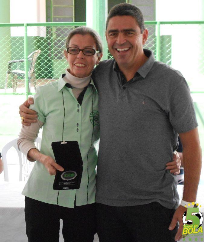Homenagem à funcionária Maria Helena Roberto Lourenço, entregue pelo diretor administrativo Jarbas Martins Coelho Filho
