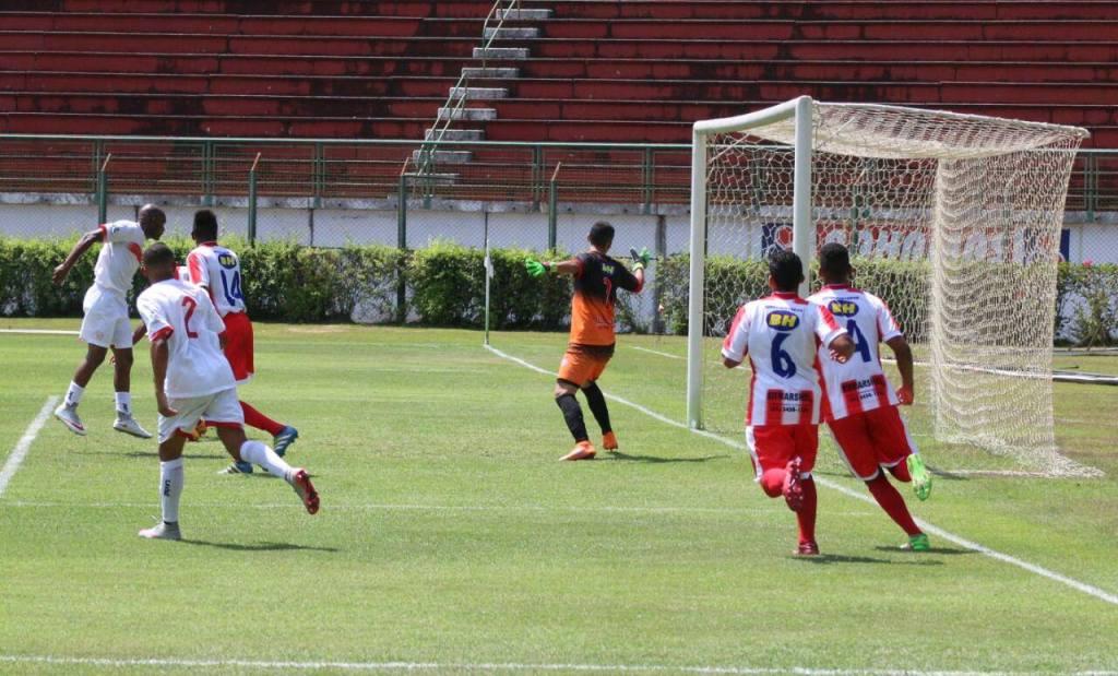 Ademilson faz o terceiro gol de cabeça. (Foto: Kiko Halfeld)