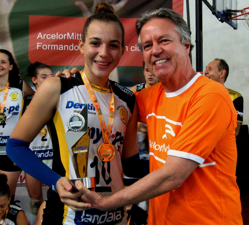 Gerente de RH da ArcelorMittal, Ricardo Schmidt, entrega troféu ao Praia Clube